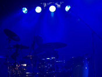 Schlagzeuger in blaues Licht gertacht